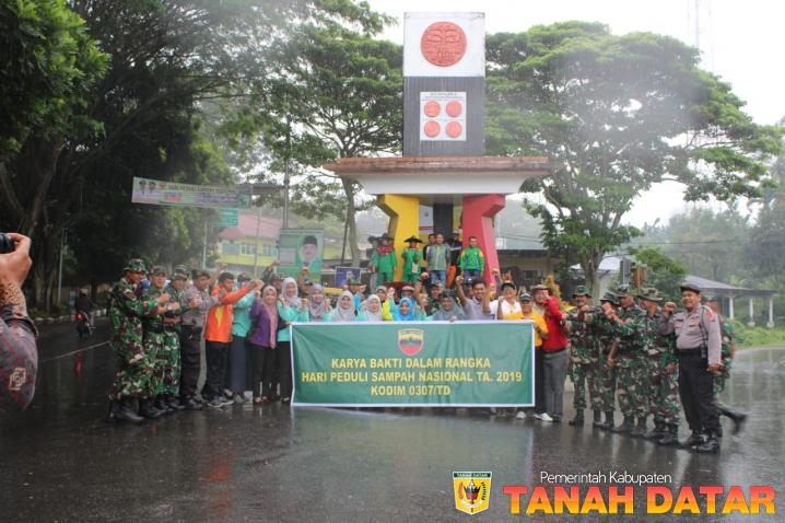 TNI, Polri, ASN dan Masyarakat Tanah Datar Lakukan Aksi Pungut Sampah