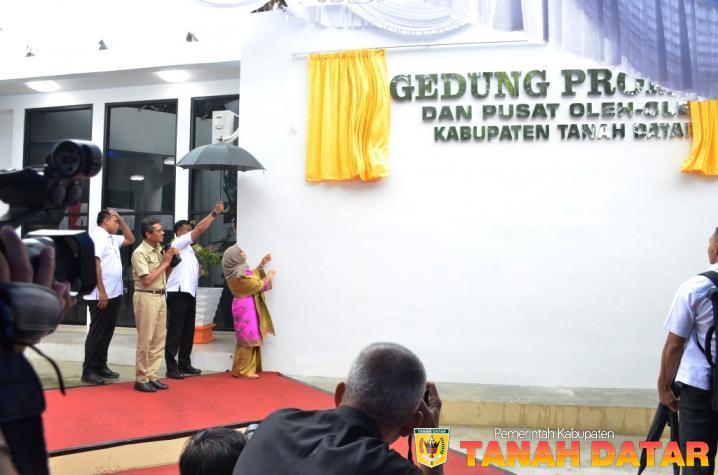 Berita Pemerintah Kabupaten Tanah Datar Ibu Hj Mufidah Jusuf Kalla Juga Resmikan Gedung Promosi Dan Pusat Pusat Oleh Oleh Tanah Datar