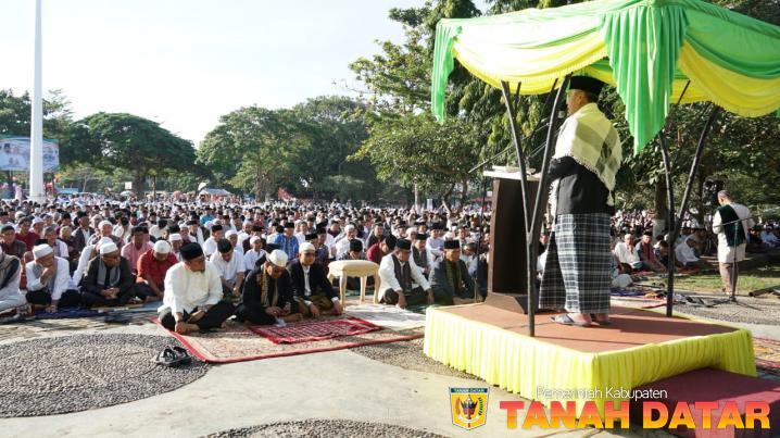 RIBUAN JAMAAH IKUTI SHALAT 'ID DI LAPANGAN CINDUA MATO