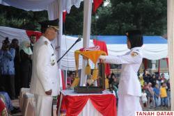UPACARA BERLANGSUNG KHIDMAT, PASKIBRA TANAH DATAR TAMPIL..