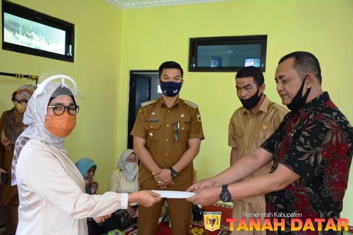 Pasca Terbakar, Owner Emersia Hotel Batusangkar Bangun Kembali Mushalla SDN 06 Tanjung Baru