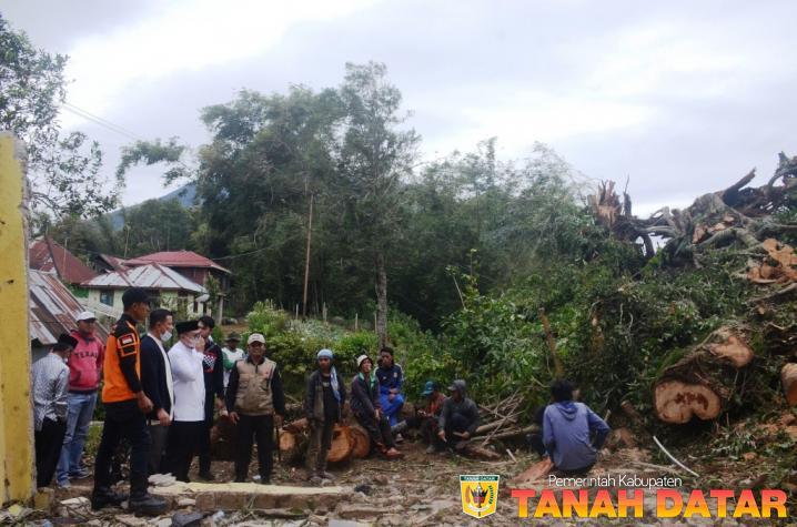 Wabup Richi Aprian Kunjungi Rumah Tertimpa Pohon Tumbang di Pandai Sikek X Koto