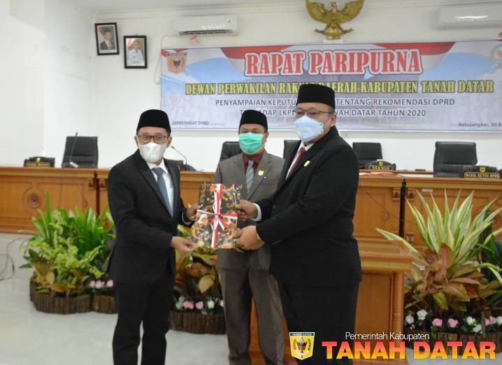 Melalui Sidang Paripurna, DPRD Tanah Datar Sampaikan Rekomendasi terhadap LKPj Bupati Tahun 2020
