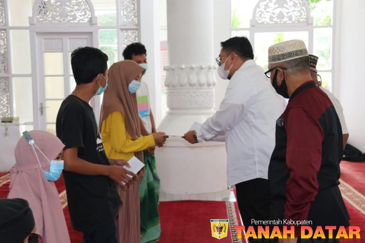 36 Orang Anak Yatim Terima Insentif Lebaran dari Pengurus Masjid Nurul Amin Pagaruyung