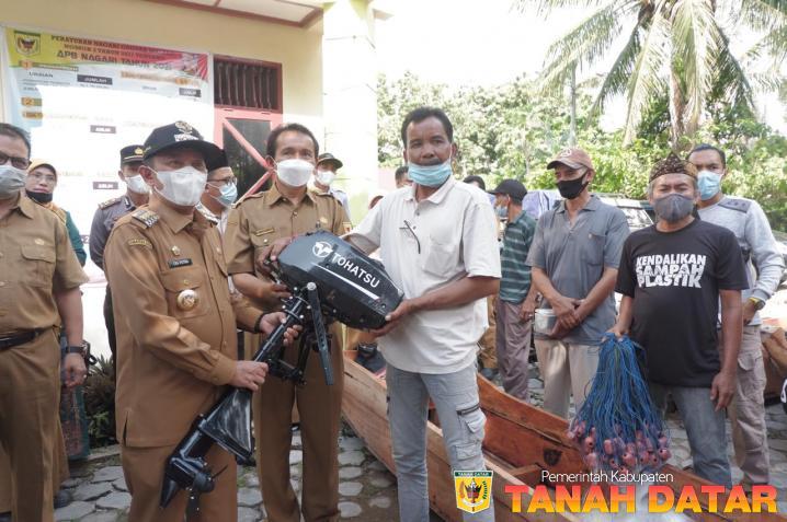 Bupati Eka Putra Serahkan Bantuan Perahu kepada 16 KUB Nelayan Danau Singkarak