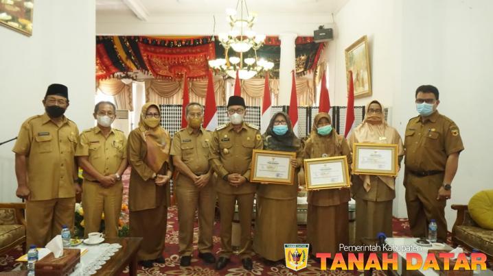 Bupati Eka Putra Beri Penghargaan Tiga PNS yang Masuki Purna Bhakti